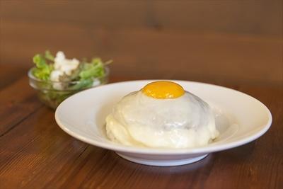 MOKUBAZAで一番人気のチーズキーマカレー!モッツァレラチーズの下に隠れているカレーとのハーモニーは抜群