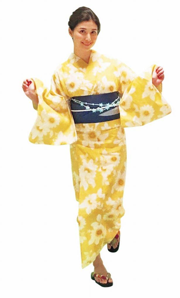 黄色い浴衣も編み込みまとめ髪で、品よく華やかに