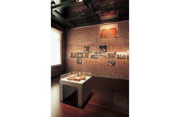 「三菱一号館美術館」は1894年当時のように、約230万個のレンガで復元。1月11日(祝・月)まで「一丁倫敦と丸の内スタイル展」を開催