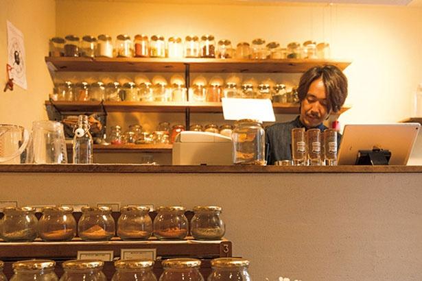 スパイス好きが高じて専門店を始めた、香辛堂の勝又聖雄さん。「使い方はざっくりでOK!難しく考える必要はありません」