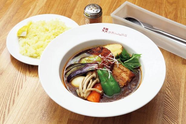 【写真を見る】イエローカンパニー 恵比寿店の「豚角煮&ベジタブル」(1430円)。2日間じっくり煮込み、スパイスで味を調えた柔らかい豚バラ肉が食べ応えあり!辛さは14段階から選べる