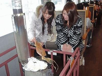 社内のダルマストーブでは、するめを焼いて食べることもできる/SL冬の湿原号