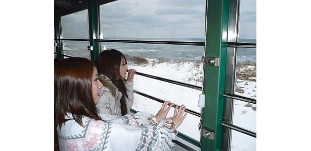 大きな窓から見えるオホーツク海の雄大な景色に感動!/流氷ノロッコ号