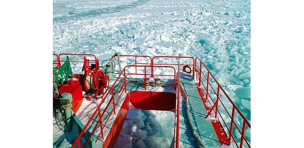 甲板前方からは船のドリルが流氷を力強く砕きながら進む様子が間近に見られる/流氷砕氷船ガリンコ号II