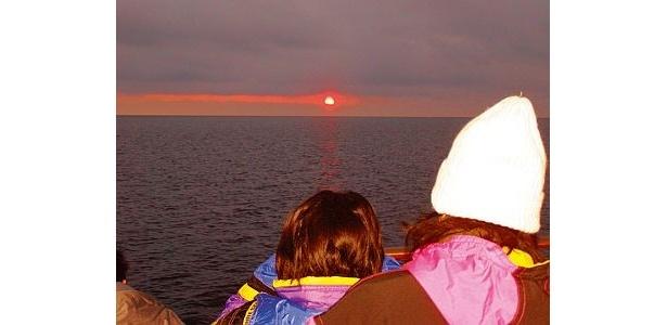 朝6:00発のサンライズクルーズでは、オホーツクの流氷の向こうから昇る朝日の美しさを堪能できる/流氷砕氷船ガリンコ号II