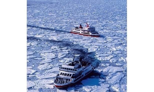 白く凍った流氷の海を進む2隻の砕氷船。網走流氷観光のエースだ/網走流氷観光砕氷船おーろら