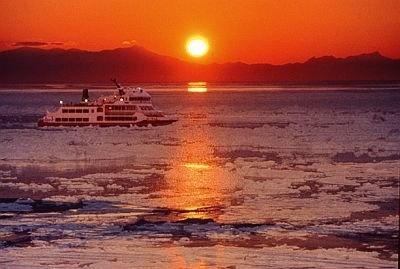 夕日に染まる流氷の美しさは必見/網走流氷観光砕氷船おーろら