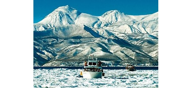 2月上旬〜4月上旬には羅臼町に「流氷クルージング」(大人4000円)も登場。ウロト港を出港し、氷解をすり抜けて海原を進む観光クルーザーだ