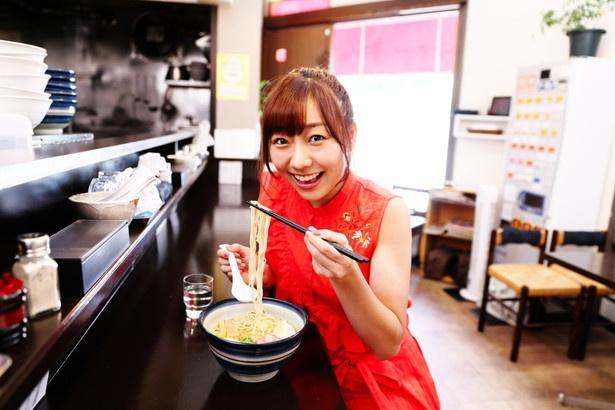 全粒粉を練り込んだ自家製麺をすすり「小麦の香りと歯応えが最高!」