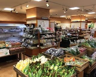 夏季は北海道産新鮮野菜・果物が豊富に並ぶ