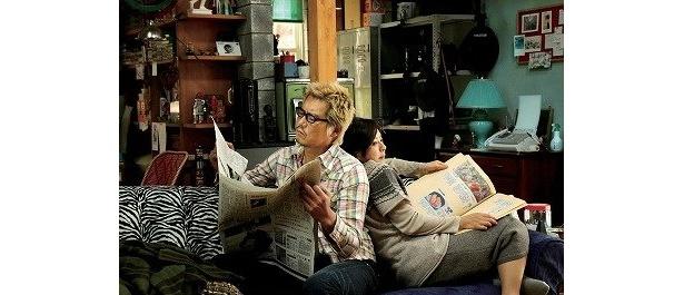 夫婦が背中合わせでソファに座るシーンを見てもふたりの距離感の近さがわかる