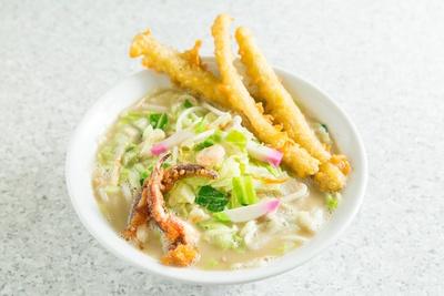 【写真を見る】寛太郎名物・ごぼう天入り戸畑チャンポン。カラッと揚げたゴボウ天がスープに合う
