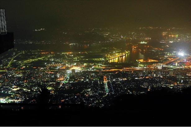 山頂展望台からは、光輝く北九州市を一望