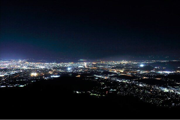 博多湾や福岡市内を一望。きらびやかな街灯りが一面に広がる