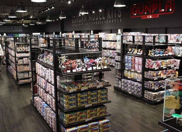 ショップゾーンには約2000種の商品が取りそろえられている