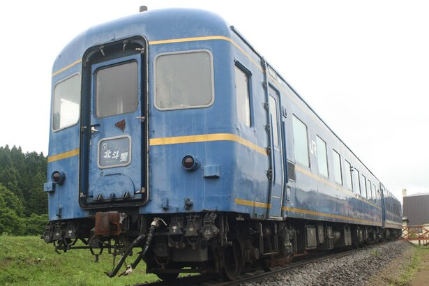 北斗市の「茂辺地北斗星広場」で展示されている、寝台特別急行列車「北斗星」の客車2両