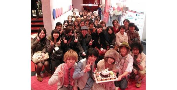 のあのわの5人はオリジナルケーキを手に集まったファンと記念撮影