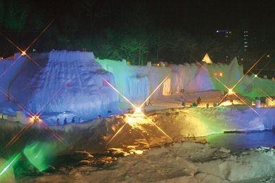 石狩川の河川敷約1万平方メートルの会場に、2か月かけてつくっれた氷柱やトンネル、アイソドームなどが並ぶ/第35回層雲峡氷瀑まつり