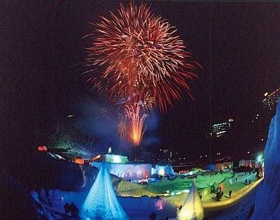 イベント期間中の週末には花火が打ち上げられ、夜空を彩る/第35回層雲峡氷瀑まつり