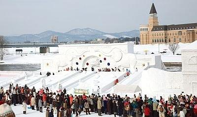 巨大雪像に設けられた滑り台はいつも大人気/第51回旭川冬まつり