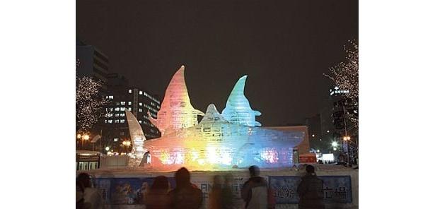 光の中に浮かび上がる氷像も幻想的/第61回さっぽろ雪まつり