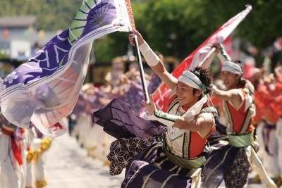「よさこい節」に合わせて踊り子が舞うよさこい祭り