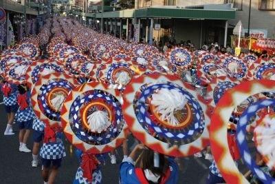 鮮やかな傘と美しい鈴の音が特徴の「しゃんしゃん祭り」