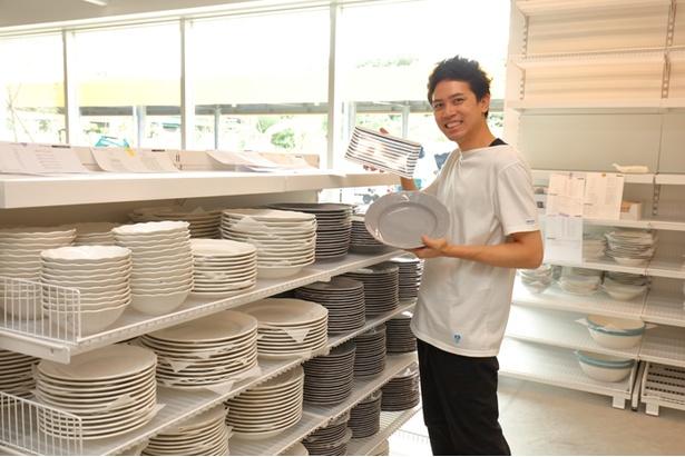 キッチン用品などが並ぶ「マーケットホール」。北欧テイストなオシャレな皿を発見!
