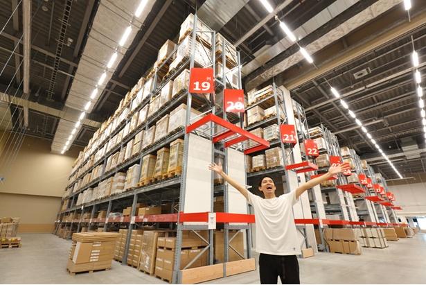 [写真を見る]大型商品を客自らピックアップする巨大倉庫の「セルフサーブエリア」