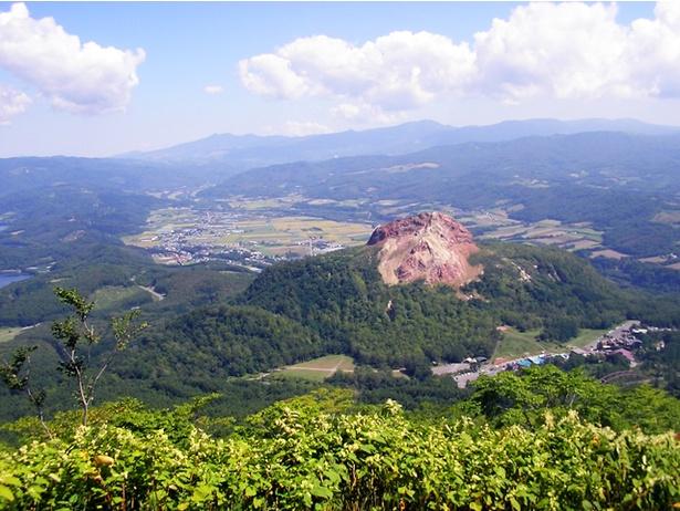 【写真】1944年の有珠山の噴火で、畑が隆起して誕生した昭和新山