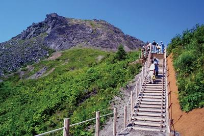 有珠山外輪山トレッキングコースでは火口跡や過去の噴火で隆起・沈下した山などを手軽に眺めることができます