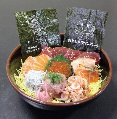 マグロやサーモン、イクラなどがふんだんにのっている「プラチナ(海鮮丼)」(1900円)。「Aqours丼」に負けない豪華な海鮮丼だ