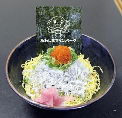 メインのシラスのほか、とびこと錦糸卵がのった「ホワイト(シラス丼)」(1200円)。甘みのあるシラスと、プチプチしたとびこの食感がクセになる