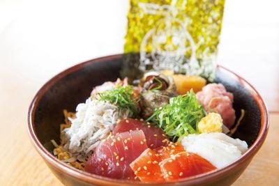 「Aqours丼(アクアどん)」(1800円)。具材はマグロ、アジ、サーモン、姫サザエ、イカ、ネギトロ、しらす、桜えび、タマゴ。沼津の新鮮な海の幸を中心に構成されている