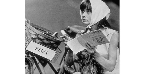 『マイ・フェア・レディ』の撮影現場で台本を手にするオードリー