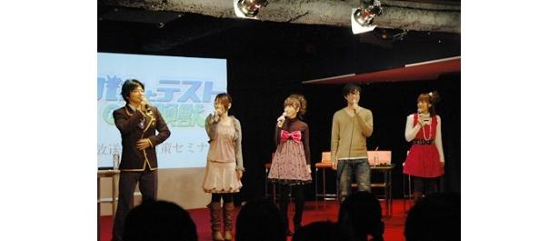 下野紘(写真左から1人目)は文月学園の制服姿で登場
