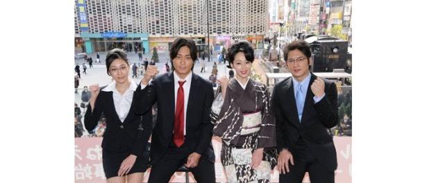 新型インフルエンザに負けないよう願いを込めて、永井大らは街中のサラリーマンに番組ロゴ入りマスクを手渡しした