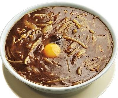 「ととち丸ラーメン」の『カレーラーメン』(750円)。濃厚なカレースープに北海道産小麦の中太ストレート麺がマッチ。シメは無料の生卵とご飯を投入して/関西