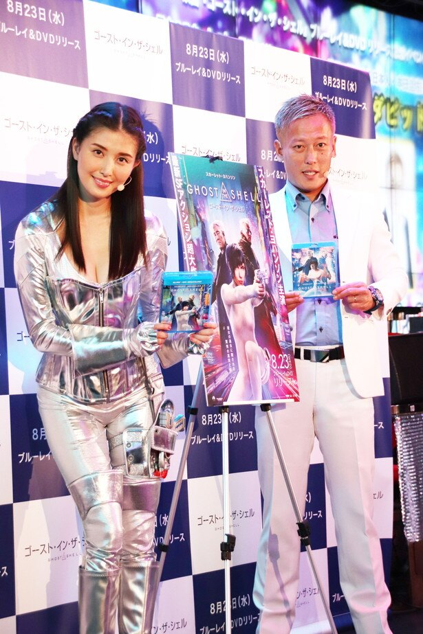 映画「ゴースト・イン・ザ・シェル」のイベントに登場した橋本マナミとじゅんいちダビッドソン(写真左から)