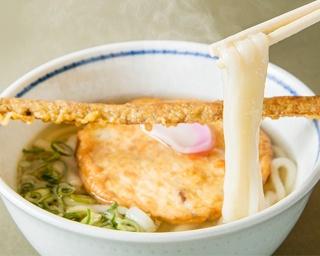 名物の「博多やりうどん」(750円)。温かなツユの上にはふわふわの丸天、丼の上には約32cmのゴボウ天がのる