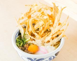 「萬田うどん」(980円)は、ゴボウ天やヤマイモ、肉、卵黄と豪華な具材をトッピング