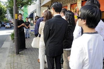 開店前に中村氏が並んでいた客にごあいさつ