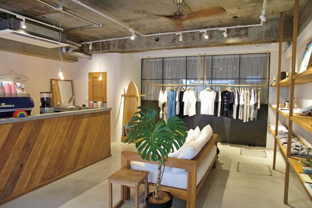白を基調としたウッディな雰囲気の店内は、ゆったりとくつろげる/BYRON DAYS