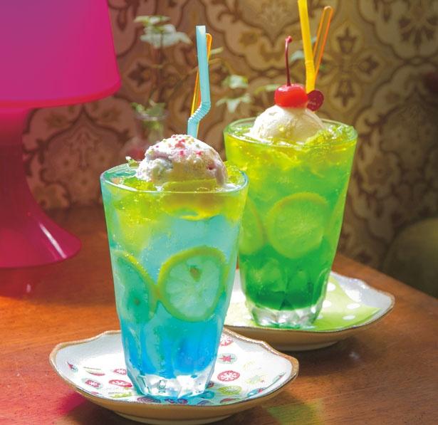 「夏色海ソーダ(左)・夏色山ソーダ(右)」(各800円)。ソーダの上にキラキラきらめくレモンゼリーが涼しげ/Cafe de Agenda