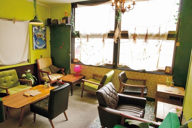 レトロモダンな雰囲気。大きめのソファーで、ゆったりとした時間を過ごせる/Cafe de Agenda