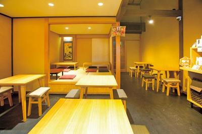 席間もゆったりとしていて、落ち着いた雰囲気/清水菓寮 六角庵 KYOTO KIYOMIZU MATCHA CAFE