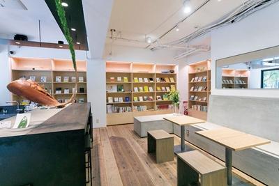 コンクリートと木を生かした空間。テイクアウト用の大きな窓は公園の緑を借景にする役目も/CHASHITSU Japanese Tea & Coffee