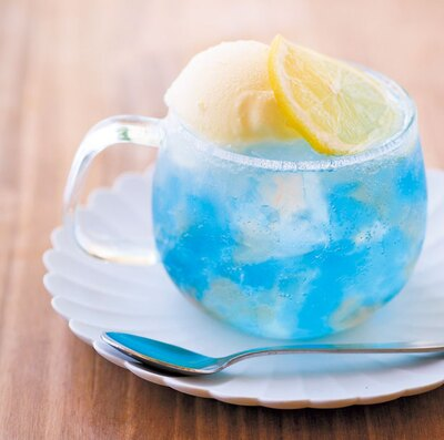 「ソーダポップ」(500円)。ノスタルジックなラムネ風ソーダと鮮やかなブルー、青色を引き立たせるイチゴジュレの組み合わせ/LEAD COFFEE
