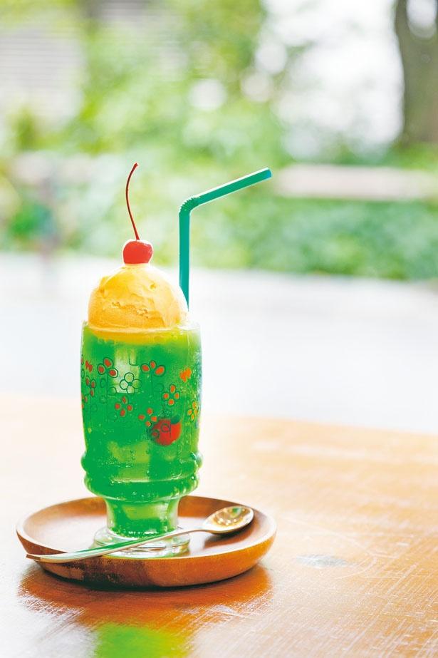 「クリームソーダ」(700円)。バニラビーンズがたっぷりのリッチなアイスが絶品/やまもと喫茶