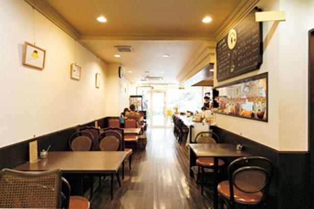 人気のモーニングで朝からにぎわう。入口横には通りに面したテーブル席も/やまもと喫茶